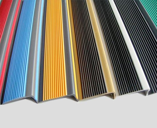 Përshtatur për të gjithë llojin dhe trashësinë e mbulesës së dyshemesë Siguron mbrojtje kundër rrëshqitjes Përfundimi popullor i shkallëve